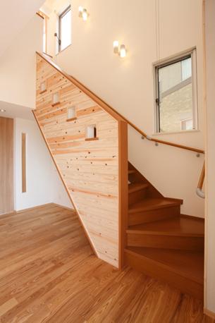 木目のデザインが美しいスギ板張りの階段