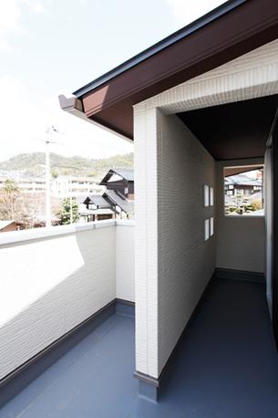 バルコニーの一部は屋根のあるインナー型