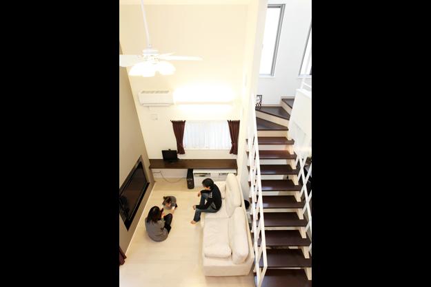 リビングにあるストリップ階段が家族をつなぐ